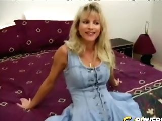 Inexperienced Bimbo With Big Tits Plays With Her Snatch Solo